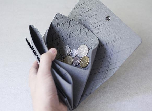 シームレスのハイブリッドレザーで作られたコインも入る薄いロングウォレット